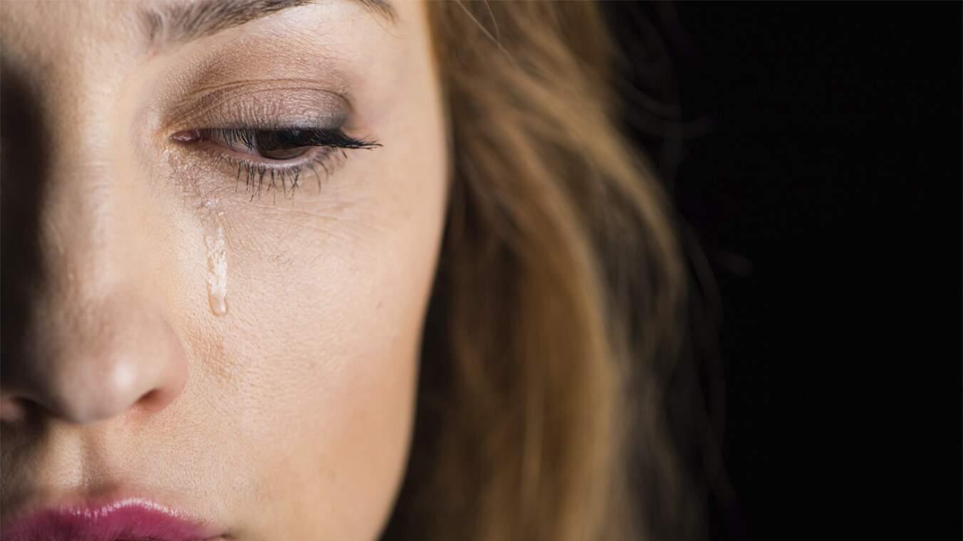Uma mulher chorando