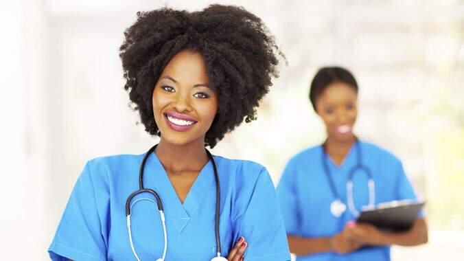 Duas profissionais de saúde vestindo uniforme
